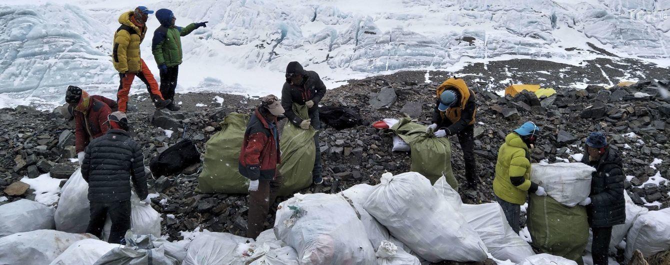 Тонни сміття, спорядження і трупи альпіністів. Волонтери влаштували на Евересті генеральне прибирання