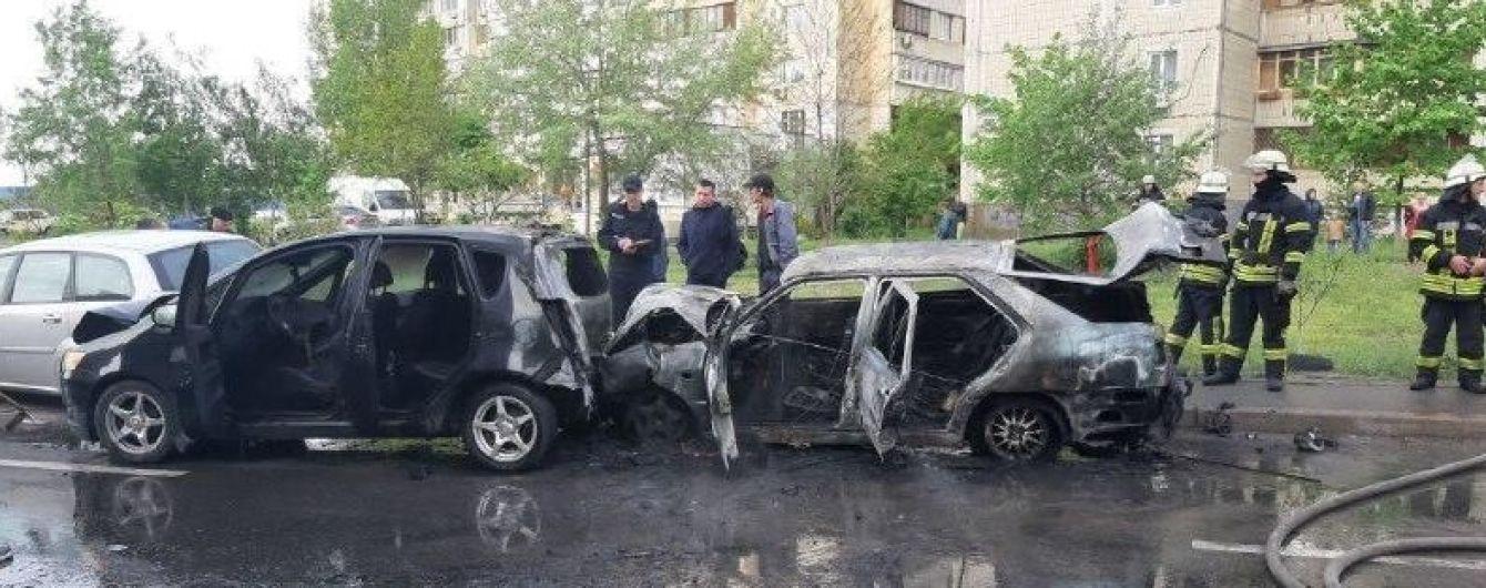 На столичных Позняках авто врезалось в припаркованные машины и сгорело
