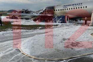Пожар самолета в аэропорту Москвы. В Сети обнародовали первые фото и видео из салона