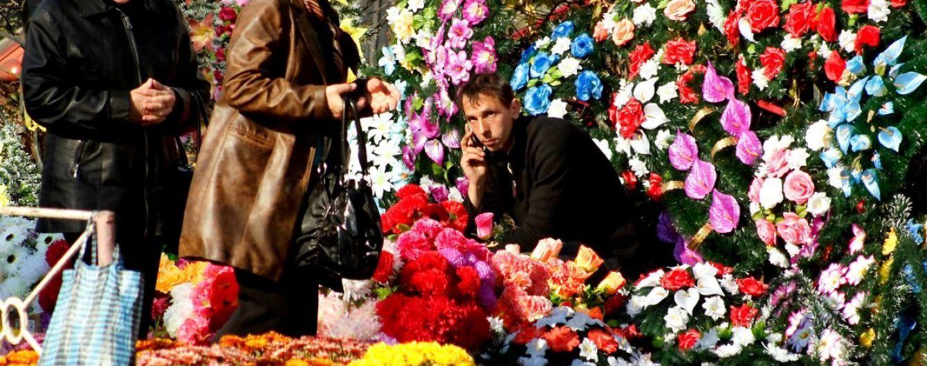 Пластмассовые цветы. Тысячи тонн искусственных букетов на кладбищах грозят украинцам