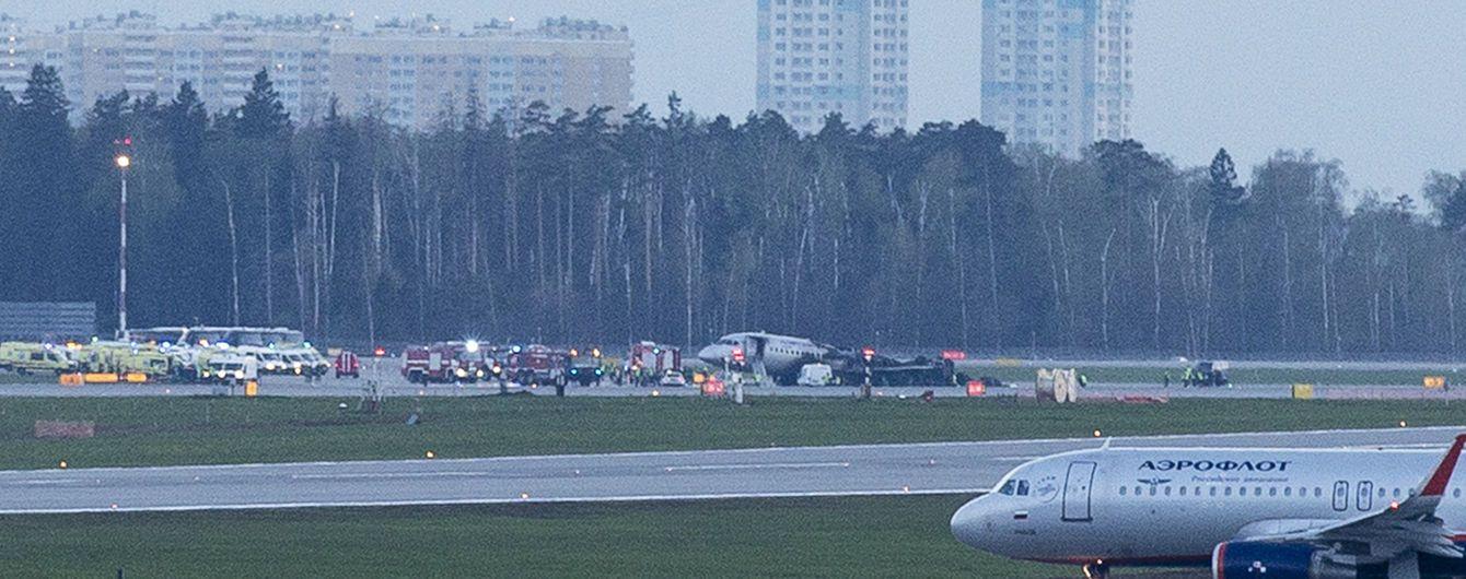В аеропорту Москви загорівся пасажирський літак. ЗМІ пишуть про 13 загиблих