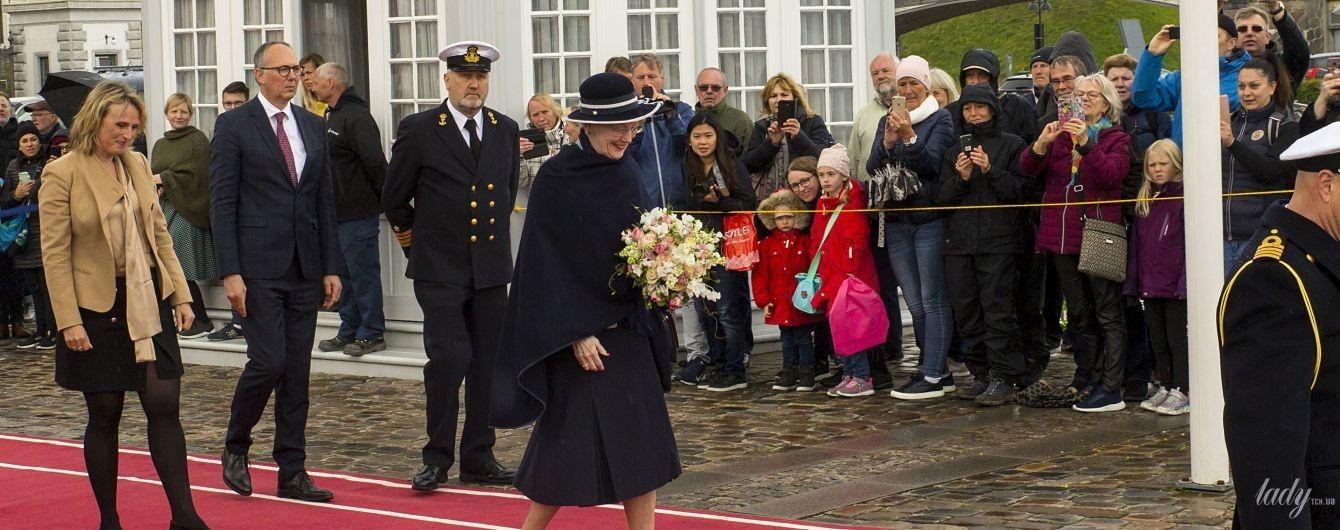 В темном наряде и с красивым букетом: королева Маргрете II на торжественном мероприятии