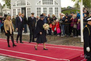 У темному вбранні та з красивим букетом: королева Маргрете II на урочистому заході