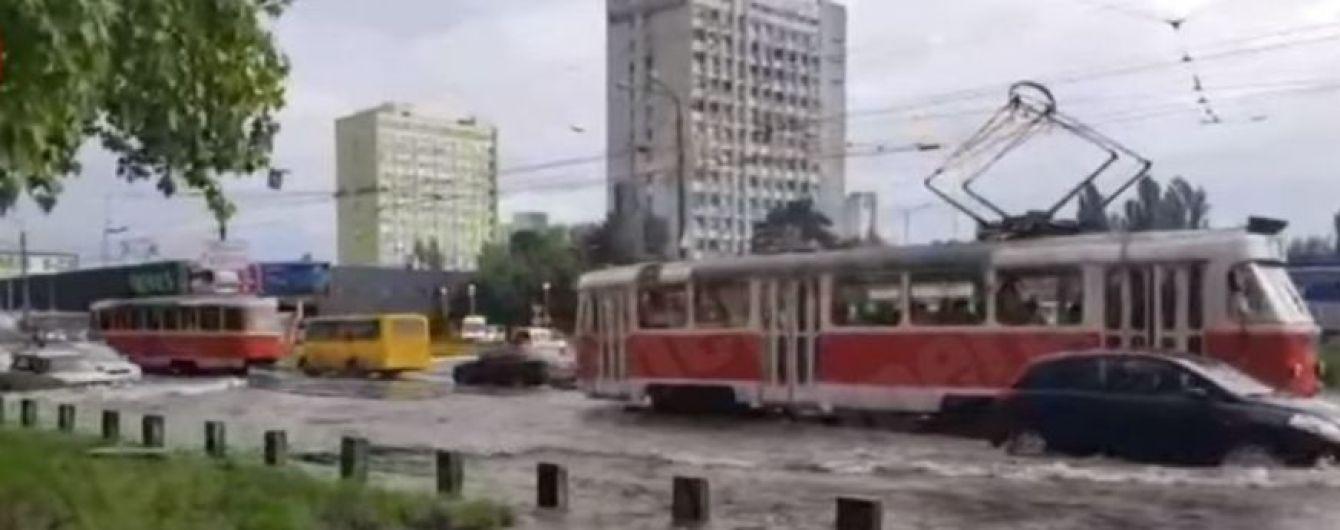"""В Киеве возле метро """"Черниговская"""" из-за аварии затопило трамвайные пути, авто остановились в пробке"""