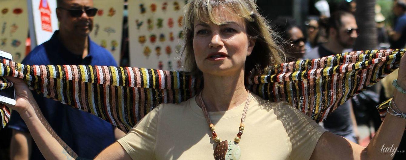 Без комплексов: 50-летняя американская актриса сверкнула сосками на улицах Лос-Анджелеса