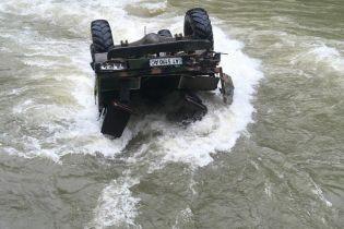 На Прикарпатье грузовик с туристами перевернулся в реку, шесть человек пропали без вести