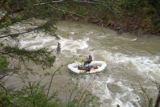 На Прикарпатье из упавшего в реку грузовика достали тела трех погибших туристов-иностранцев