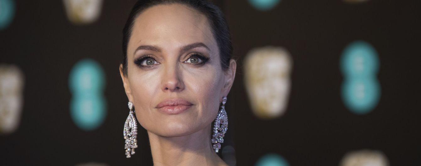 После развода с Питтом у Джоли развился паралич лица - СМИ