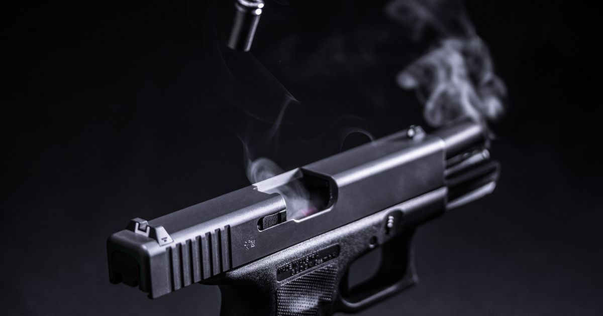 У Харкові 25-річний хлопець, погрожуючи пістолетом, пограбував продуктовий магазин