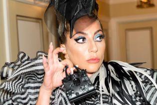 Леди Гага в чудном многослойном платье и сногсшибательных каблуках удивила публику