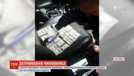 """У Житомирі затримали чиновника, який наживався на """"відкатах"""""""