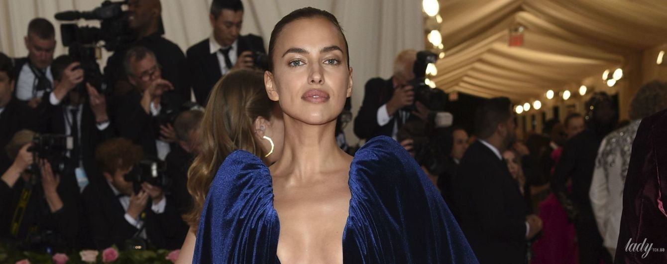 В оксамитовій сукні з декольте до пупка: Ірина Шейк на Met Gala-2019 в Нью-Йорку