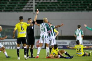 Португальский клуб за шесть минут остался без трех футболистов, все они были удалены