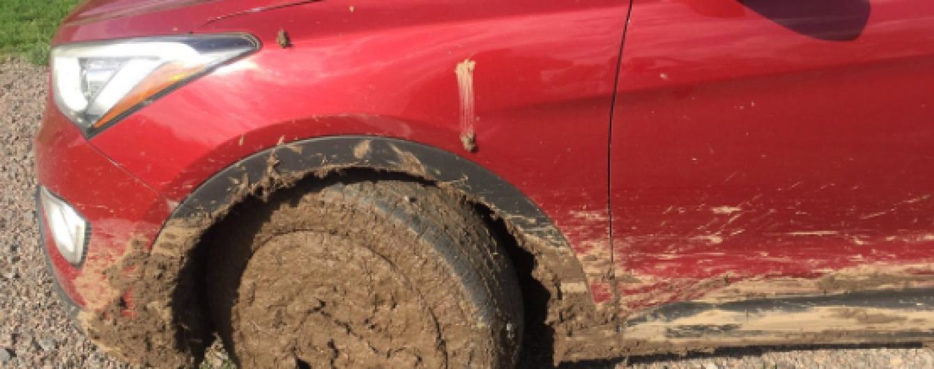 Авто посла Канады застряло в грязи на дороге в Черкасской области