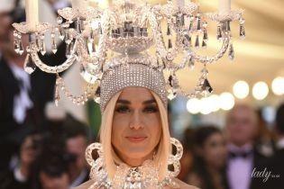 В образі жінки-люстри: Кеті Перрі викликала фурор своїм вбранням на світському заході