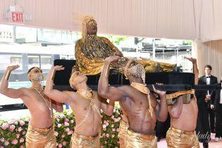 Золоті крила і шість оголених рабів: американський актор з'явився на Met Gala в образі Клеопатри