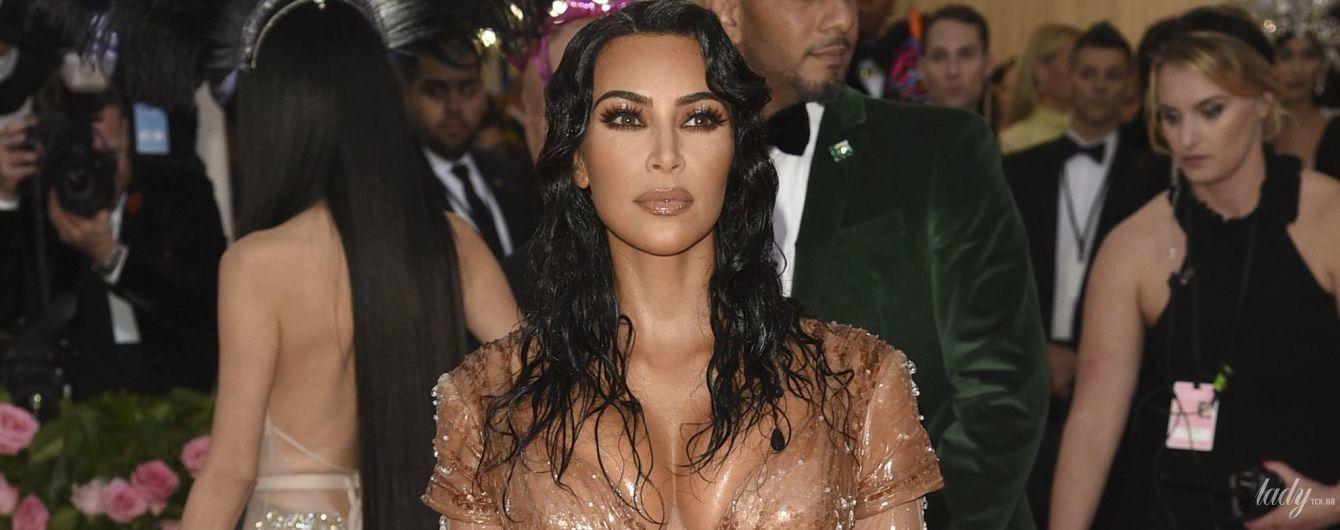 В платье с имитацией капель воды: Ким Кардашьян подчеркнула сексуальные формы экстравагантным платьем