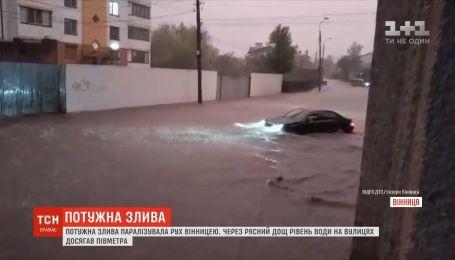 Из-за обильного дождь уровень воды на улицах Винницы достигал полуметра