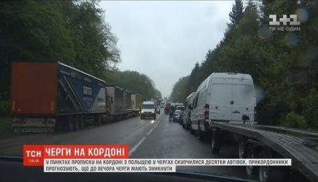 На украинско-польской границе в очередях до сих пор стоят до полутысячи автомобилей