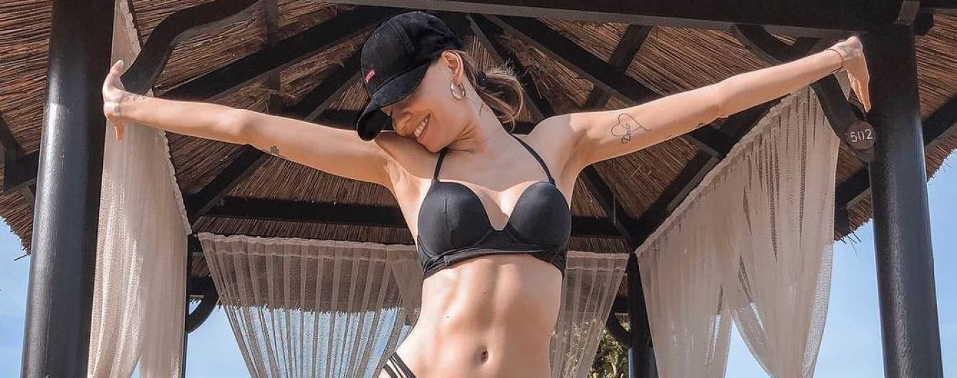 Канікули тривають: Надя Дорофєєва у чорному купальнику показала сексуальну п'яту точку