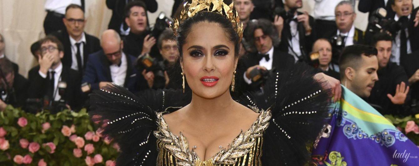 Скромно, но с акцентом на декольте: Сальма Хайек приехала на светский прием в платье Gucci
