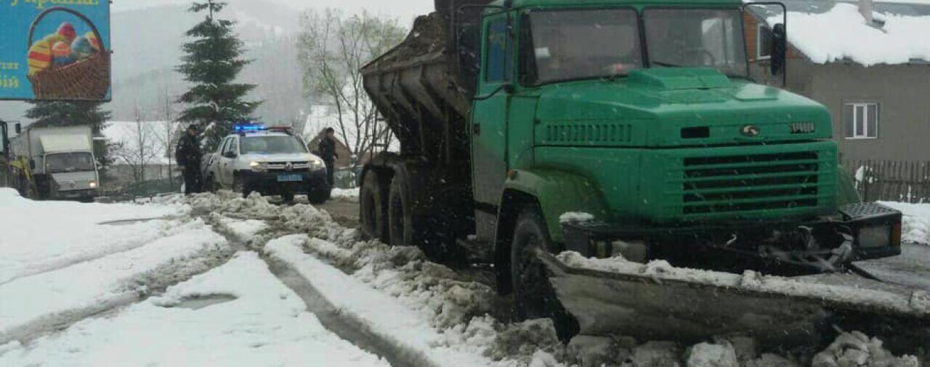 Прикарпатье засыпало снегом. Спасать ситуацию на дорогах взялись патрульные