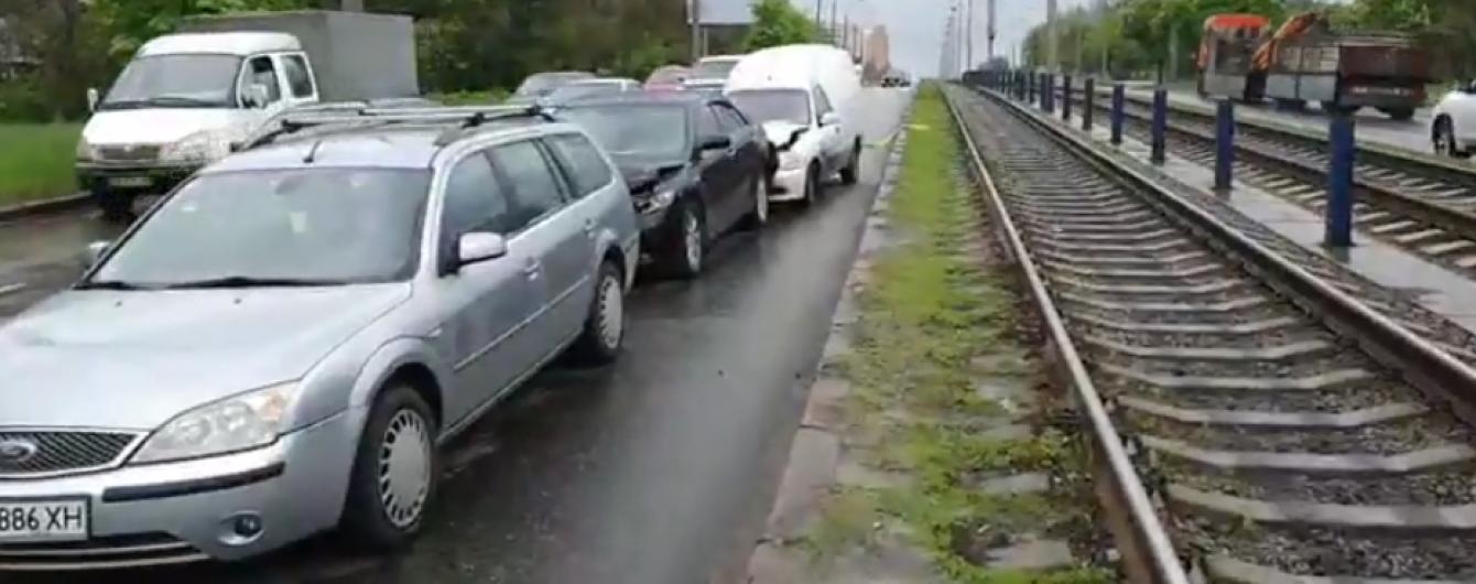 У Києві на Комарова через вибоїну зіткнулося півдесятка авто