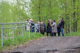 В Беларуси помпезно открыли перила в парке