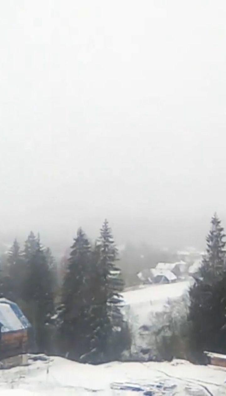 На Прикарпатті через снігопад обмежена видимість на дорогах