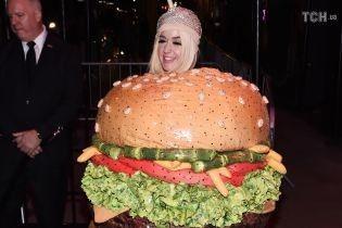 """Met Gala-2019: Кеті Перрі з """"люстри"""" перетворилася на величезний """"бургер"""""""
