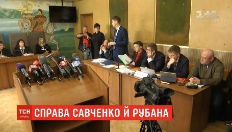 Обвинувачені у тероризмі Савченко та Рубан залишаються вільними до літа