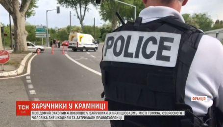 Неизвестный взял в заложники 4 покупателей французского магазина
