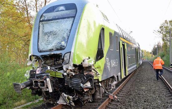 У Німеччині потяг зіткнувся з вантажівкою, постраждали десятки людей