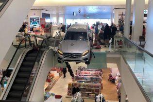 Пенсионер на Mercedes влетел в торговый центр в Германии. Есть пострадавшие