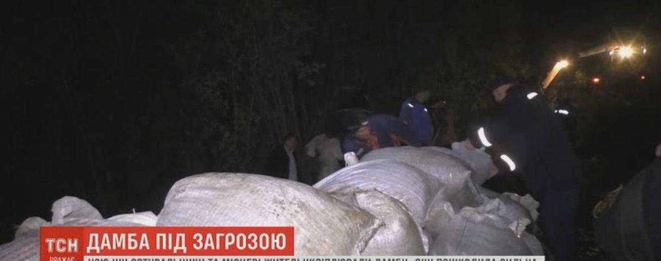 Спасатели на Буковине всю ночь латали дыру в дамбе, чтобы не допустить масштабного прорыва