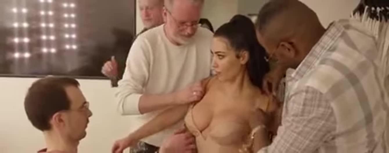 """Кардашян показала, как в шесть рук на нее осторожно надели """"мокрое"""" платье"""