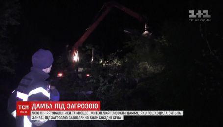 Спасателям удалось избежать прорыва дамбы на Буковине
