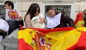 Громадяни Іспанії з немовлятами у візочках протестували під посольством, яке не пускає їх з дітьми додому