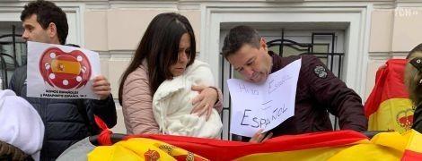 Граждане Испании с младенцами в колясках протестовали под посольством, которое не пускает их с детьми домой