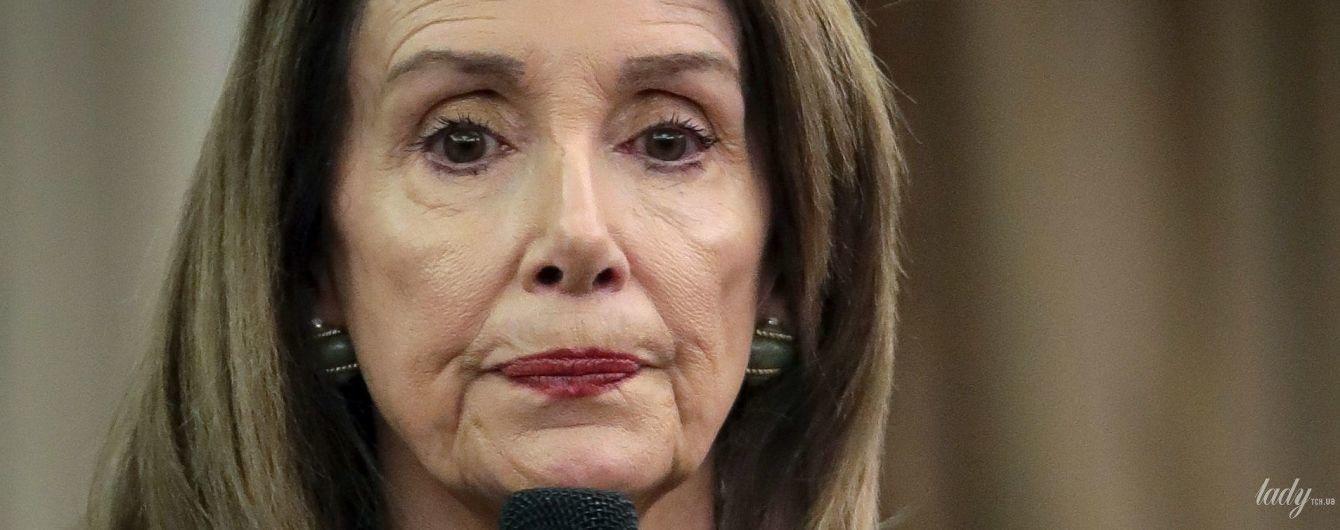 Переборщила с тональным: спикер Палаты представителей США Нэнси Пелоси сделала неудачный макияж