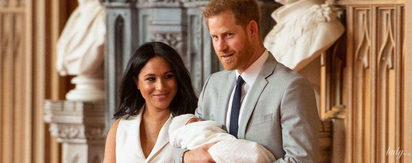 Располнела, но счастлива: герцогиня Сассекская для первого выхода с сыном выбрала белое платье с небольшим декольте