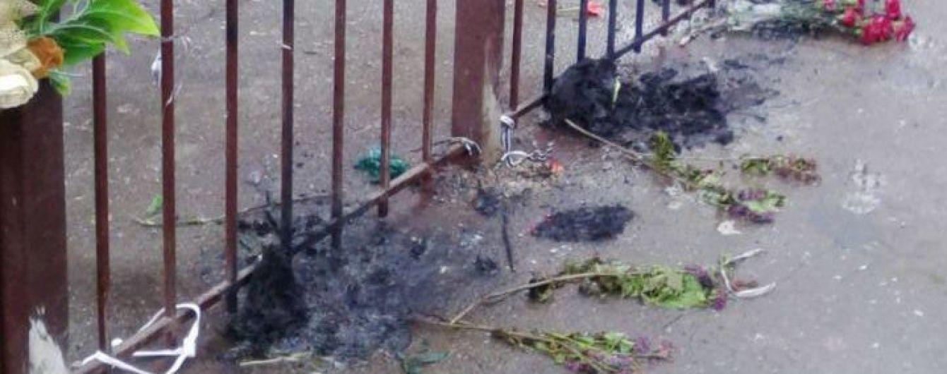 В Одессе трое неизвестных сожгли цветы у Дома профсоюзов