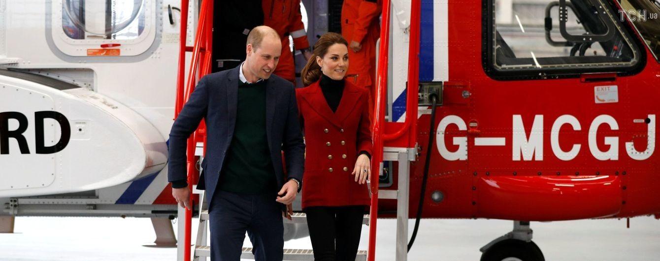 Стройная Кейт в пиджаке в стиле шальных 90-х вместе с Уильямом прибыла до Северного Уэльса