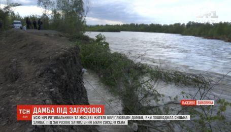 Сильна течія розбиває зведене вночі укріплення дамби на Буковині