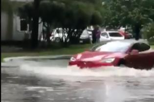 Очевидцев шокировала Tesla, которая проехала полностью затопленной улицей