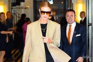 В бежевом жакете и брюках с разрезами: стильный лук Рози Хантингтон-Уайтли