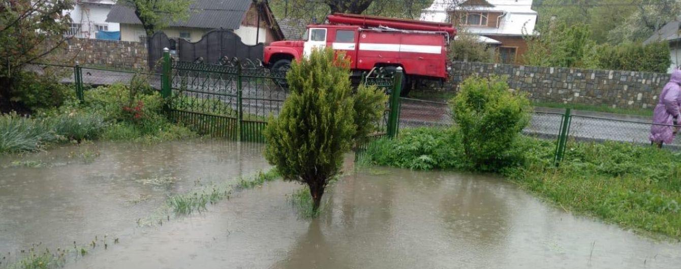 На Прикарпатті річка вийшла з берегів та залила сільські вулиці