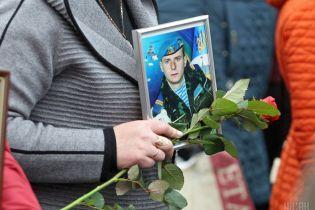 Батькам загиблих на Донбасі воїнів вручили нагороди