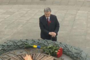 Лидеры Украины во главе с президентом возложили цветы к могиле Неизвестного солдата