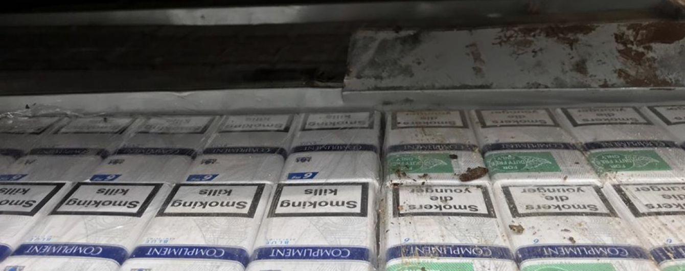 На Закарпатье контрабандист пытался перевезти 11 тысяч пачек сигарет через границу